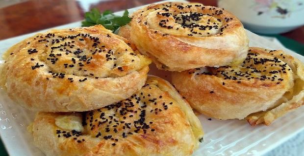 Yufkanın en güzel hallerinden bir tanesi: Çıtır çıtır kıymalı gül böreği tarifi