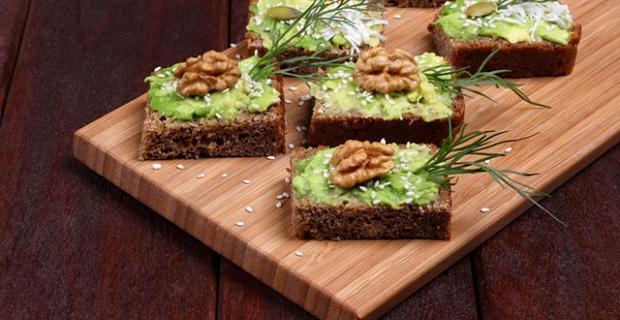Tarçınlı cevizli avokado tostu nasıl yapılır?